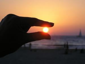 sun-in-the-hand-615285_1280